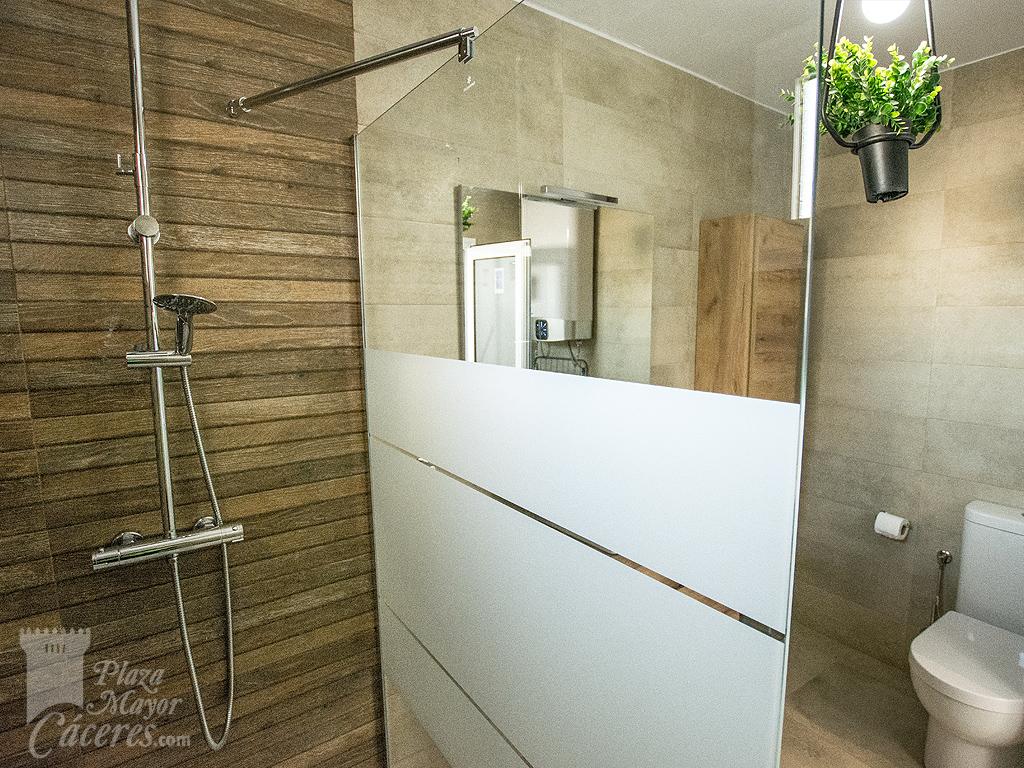baño con ducha, juego de toallas incluido, secador alta potencia