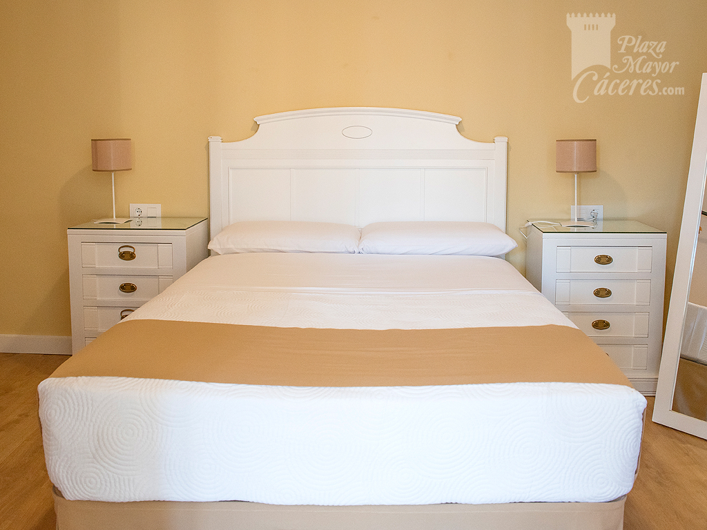 dormitorio amplio luminoso para dos personas con acceso desde el salon